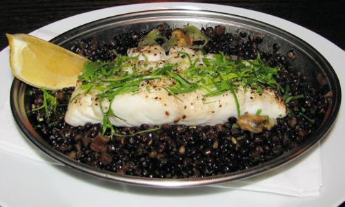 דג קוד עם עדשים שחורות ומולים, קפה 48