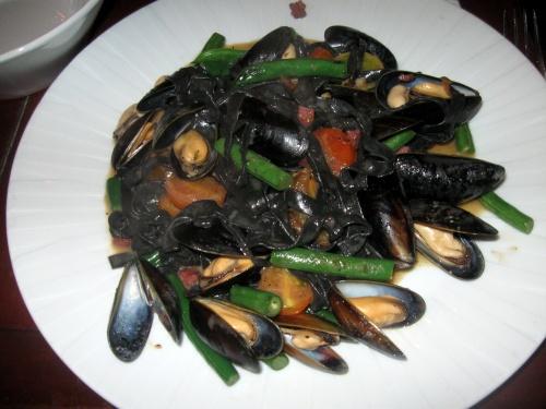 פסטה שחורה עם מולים, שאול אברון, יועזר בר יין